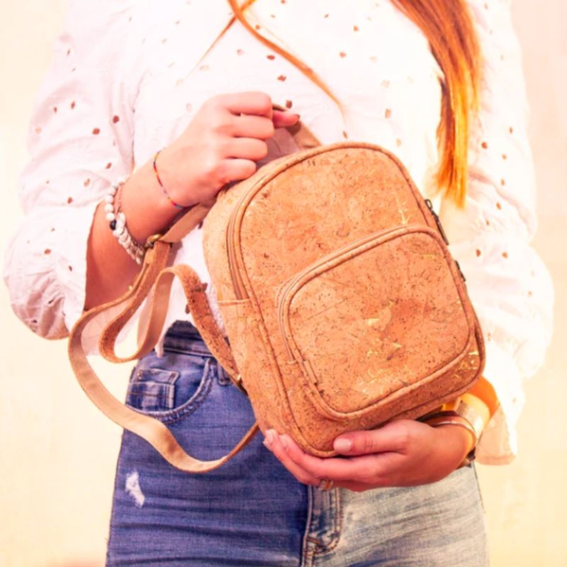 Korkový batoh so zlatými odleskami